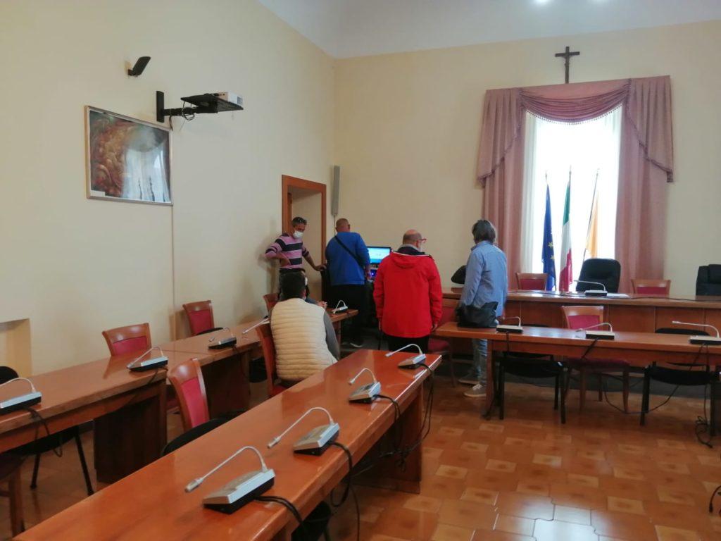 Lipari, ex Pumex occupano l'aula consiliare