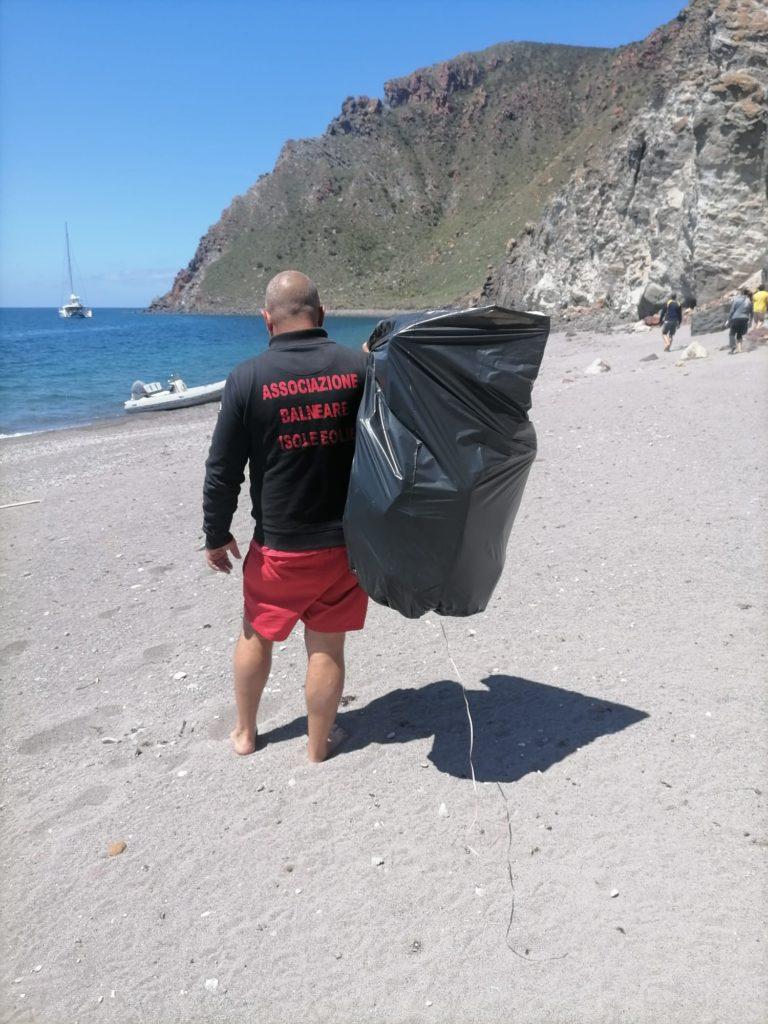Pulizia spiagge Abie : sedici sacchi neri di materiali vari per la prima giornata